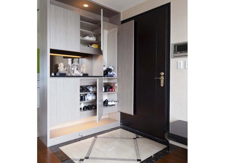 门鞋柜层板间高度通常设定在150mm之间,但为了满足男女鞋高低的落差,在设计时候,可以在两块层板之间多加些层板粒,将层板设计为活动层板,让层板间距可以根据鞋子的高度来调整间距。   进门鞋柜虽然是以收纳鞋类为主,但是如果利用的好,也能收纳不少小物件,创造更多可利用的空间。 [武汉鼎盛空间装饰] 最专业的居家空间设计公司