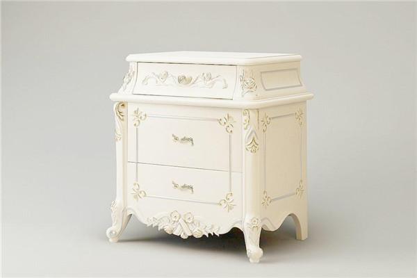 这是一套欧式古典风格的床头柜,外形呈现深色与咖啡色,而且这个造形