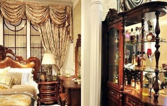 红酒一瓶瓶的摆放在欧式酒柜上,上面两排直立放置,下面两排歇着放