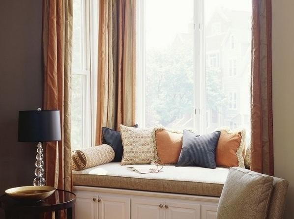 飘窗窗帘安装方法   飘窗窗帘的安装其实和普通窗帘大同小异,只不过由于飘窗本身是突出房间的,所以在细节处理和配件安装的时候需要进行特别的固定,以确保安全。现在家庭装修最常用的飘窗窗帘有在飘窗里面安装吊顶滑道、在室内沿飘窗安装滑轨、室内侧装窗帘杆、室内双杆滑道四种方法。   不同的安装方法起到的装饰效果是有细微差异的,它们也都有各自的优缺点,其中最方便的方法是在飘窗里面安装吊顶滑道,但是这种方法只适用于宽度小的窗帘,所起到的装饰效果没有其他方式好看,大家可以根据装修的实际情况选择合适的安装方法。