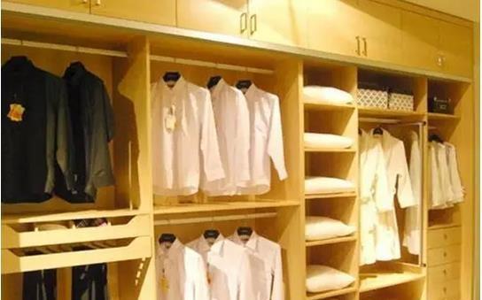 开放式的大衣柜衣帽间 充分的利用的空间,为您的卧室增添一道独一无二的温馨气息。源于丹麦的设计理念,体现正宗欧洲血统,大气而美观,设计功能上,含收纳区、挂放区等功能设计,实用性更强,在制作工艺上,精心打造,结实、耐用、安全性强。 3、色调淡雅、端庄,使卧室显得格外儒雅