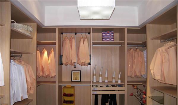 什么是走入式衣柜 卧室里的走入式衣柜尺寸