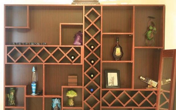 小型的中式风格设计的酒柜,不仅拥有精致小巧的外观造型设计,而且还