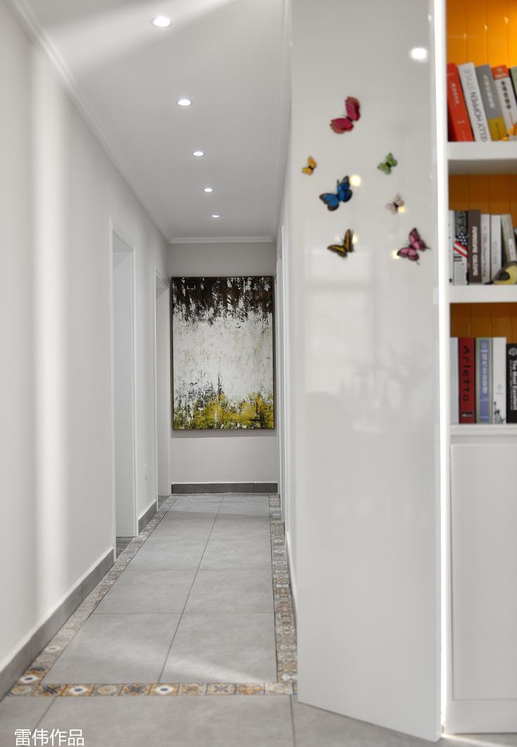 利用北面卧室设置单独衣帽间,满足家庭储物的需求,同时在主卧整合出既