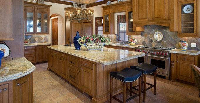 厨房的环境在一定程度上影响着烹饪人的心情,不一样的美式厨房,给烹饪人一个不一样的心情,给家人营造一个不一样的家庭氛围。   一、美式厨房颜色的选择   厨房在颜色的选择上首选素雅、洁净的白色,而少许清新而明亮的淡蓝色就是点睛之笔。这少部分的蓝色可以是由装饰画或者地毯提供的。在挂壁和窗户的两边可以对称悬两个顶柜用来收纳碗碟,这样的安排巧妙的利用到了墙壁的空间。桌面的延伸用木板来完成,将其做在操作台的垂直部分。放上两张椅子,这样一个简单的餐台区就这样轻松地制造出来了。小小的设计不仅节省了空间,还更灵活