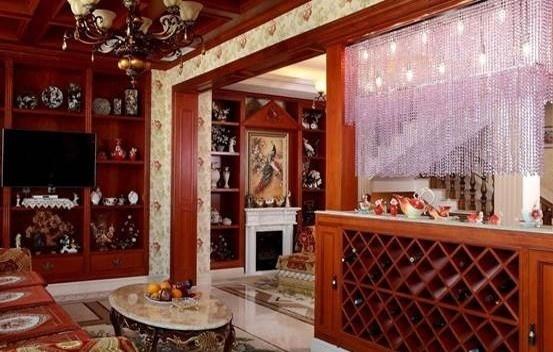 美式客厅酒柜效果图,大家看见这张酒柜效果图之后,如果认为左侧的那