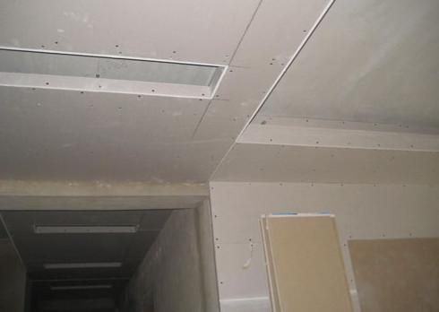 由于轻钢龙骨纸面石膏板吊顶成本低,易造型,防火性能好,易施工而被