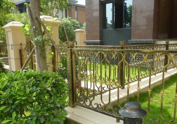 按铁艺栏杆的风格分类:   有欧式铁艺护栏,中式铁艺护栏等,   高档