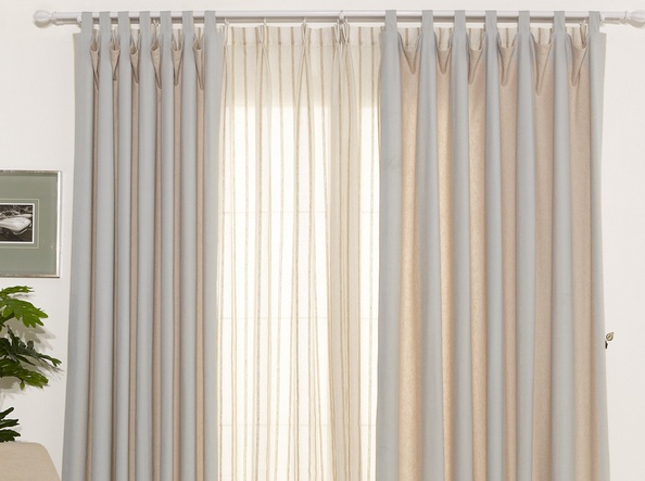 【客厅窗帘什么颜色好】   现代风、北欧风、极简风客厅窗帘什么颜色好?   当人们进入客厅时第一印象当然不在窗帘上,客厅窗帘什么颜色才能引起关注呢?如果颜色太艳不能融合风格,太素雅完全就能忽视;所以第一招就是找出客厅的色彩综合点。现代、北欧以及极简风格他们的共同点在于简约,所以客厅窗帘什么颜色好呢?黑白灰或是低调的深蓝,深紫都是不错的选择。