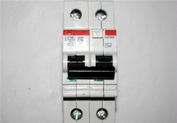 单相的漏电开关一般接线处,写着左火右零,按照接就好了.