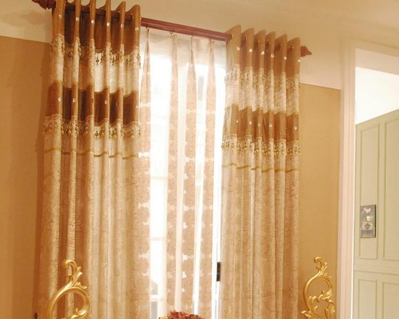 【客厅窗帘颜色选择总结】   1.从色彩上来讲,深色的窗帘显得庄重大方。   2.浅色调、透光性强的薄窗帘布料为好,能够营造出一种庄重简洁、大方明亮的视觉效果。   3.客厅窗帘的颜色最好从沙发花纹中选取,比如说白色的意式沙发上经常会缀有粉红色和绿色的花纹,窗帘就不妨选用粉红色或绿色的布料,能够相互呼应。   4.