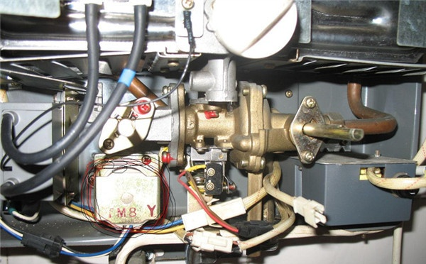若燃气阀有赃物,则清理干净.若点火控制电路,则维修电路问题.
