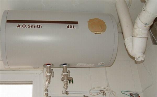 ⑦功率超过5kw不配插头的电热水器应接空气开关,不准直接连接进电路.