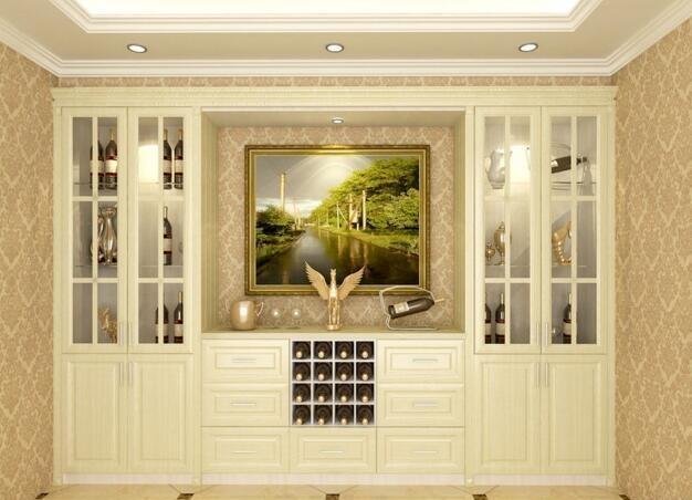 1、欧式酒柜就是我们说的西式酒柜,它主要是在欧式展示柜基础上增加了酒架的组合。欧式酒柜和其他欧式风格的家具一样,采用的配色主要以白色或者米色这样素雅颜色居多。 2、它以简约高雅为整体设计,欧式的代表元素罗马装饰线和装饰柱就是比较常见的装饰。欧式酒柜的下半部分设计和中式酒柜的简约设计不同,欧式设计出来的木质掩门以复杂、堆砌为设计元素,它能突出整体的立体感和层次感,更显高雅。