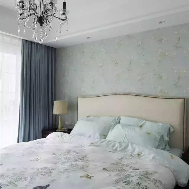 看完,再考虑卧室床头背景墙刷漆还是贴墙纸